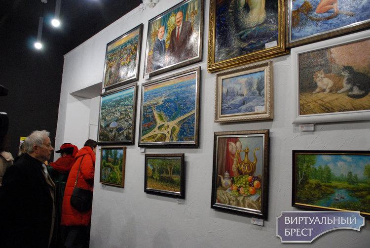 В арт-пространстве «Калiдор» открылась выставка «Седьмое чувство». Там красиво