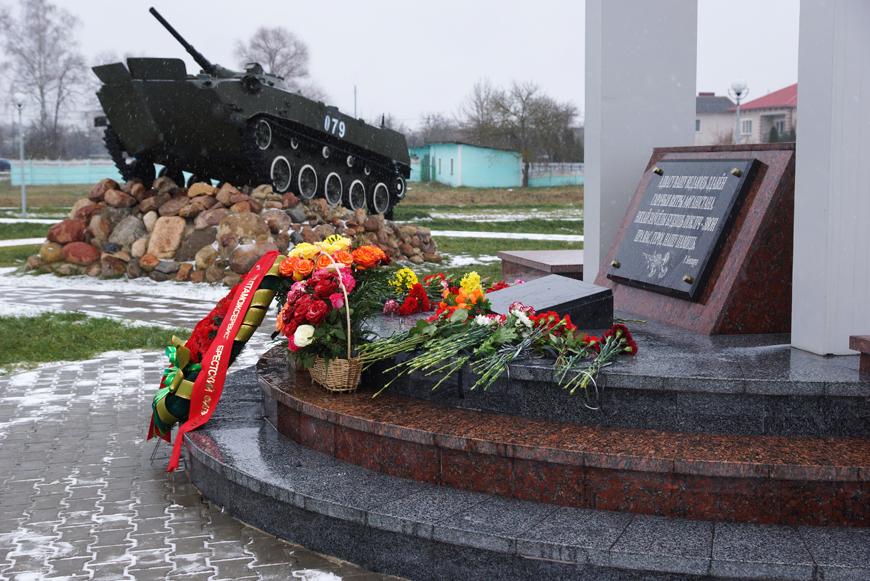 Памятник воинам-интернационалистам открыли после реконструкции в Жабинке