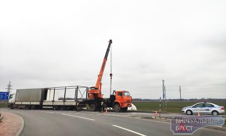 Последствия аварий на автодороге М1/Е30 видны до сих пор. Некоторые доставляют неудобства