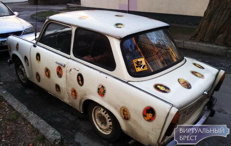 Пластмассовый автомобиль из ГДР с легким налётом экзотики колесит по улицам Бреста