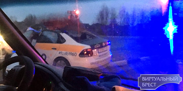 Машина в хлам, водителя спасли. Автомобиль такси столкнулся с фурой на М1 у д. Клейники