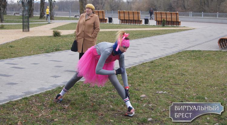 """134 участника и одна смелая девушка на шпильках. В Бресте проходит """"Забег для любимых"""""""