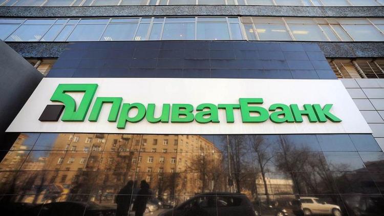 Украинский ПриватБанк приостановил покупку и продажу наличной валюты. А что вообще там происходит?