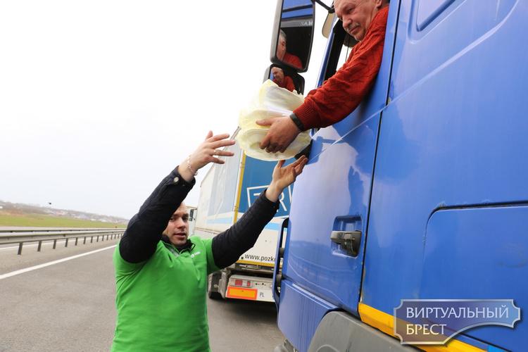 Смотрите, как и чем сегодня на трассе перед Козловичами кормили водителей, направляющихся в ЕС