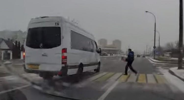 Бесстрашный пешеход даже не обратил внимание на чуть не сбившую его маршрутку