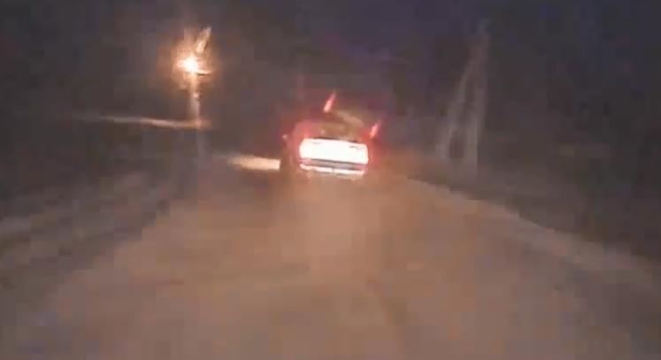 В Ганцевичах пьяный водитель на VW эффектно уходил от погони ГАИ, но на дороге было придорожное дерево