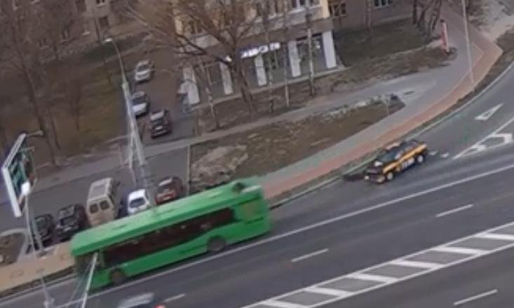 Автомобиль такси не уступил дорогу автобусу, ну не заметил, ну бывает...
