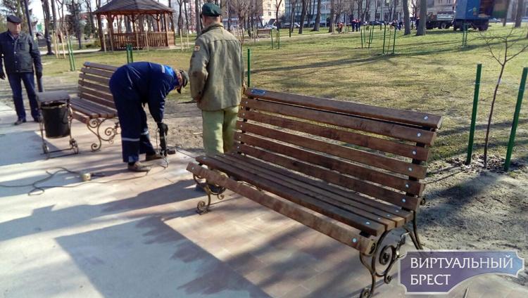 Сегодня в Городском саду установлены ещё две именные скамейки. Итого - четыре!