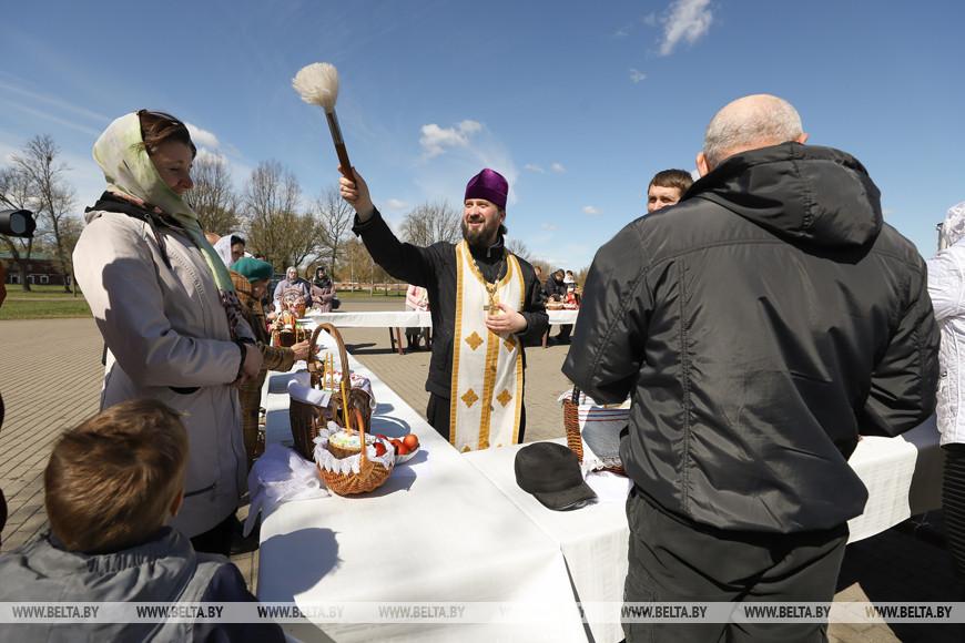 Смотрите, как в храмах Бреста проходит освящение пасхальной пищи