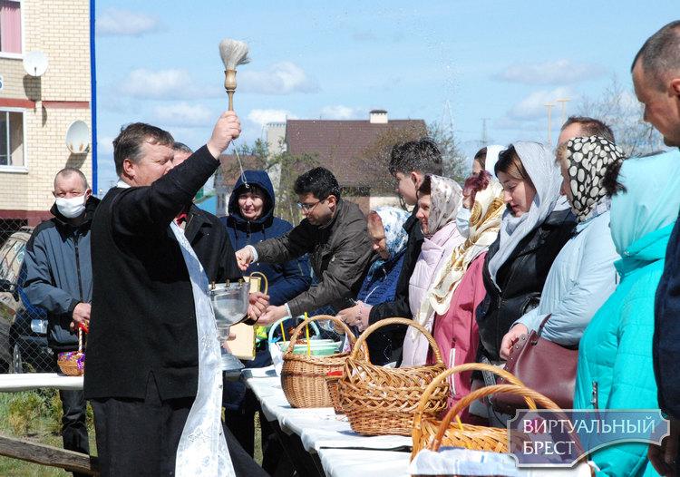 С верой в Бога, без страха и сомнения. Православные пришли в храмы Бреста освятить пищу