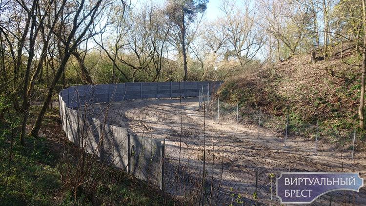 """Форт №1 под Брестом обнесли двойным забором с намёком на КСП. Только """"колючки"""" не хватает"""