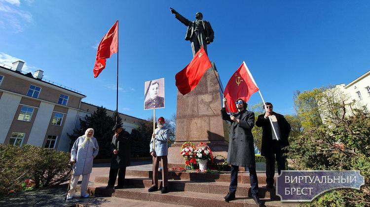 Алый кумач, голубое небо и Ленин - такой молодой... Коммунисты не испугались коронавируса