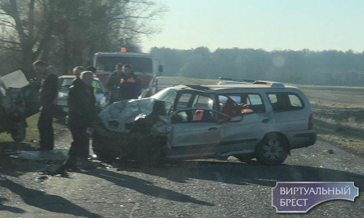 Два автомобиля столкнулись в чистом поле. Мощное лобовое. Спасатели извлекают людей