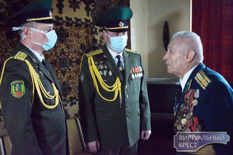 В Бресте оркестр пограничников поздравил ветерана с Днём Победы прямо у подъезда