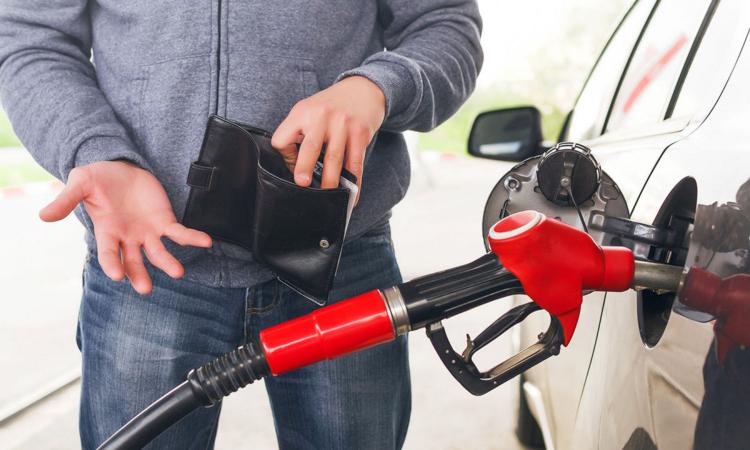Житель Брестской области с напарником торговали топливом на автозаправке. И у них покупали!