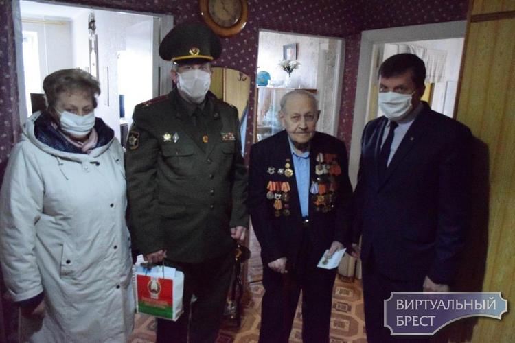 В Бресте ветеранам вручают юбилейные медали «75 лет Победы в ВОВ 1941-1945 годов»