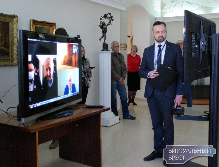 В Бресте открылась выставка «Не смолкнет слава тех великих лет»