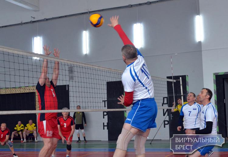 Одна на всех... Брестские ветераны волейбола посвятили турнир 75-летию Победы в ВОВ