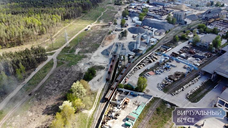 В Бресте крупный пожар - горят шпалы за КСМ. Задействован пожарный поезд
