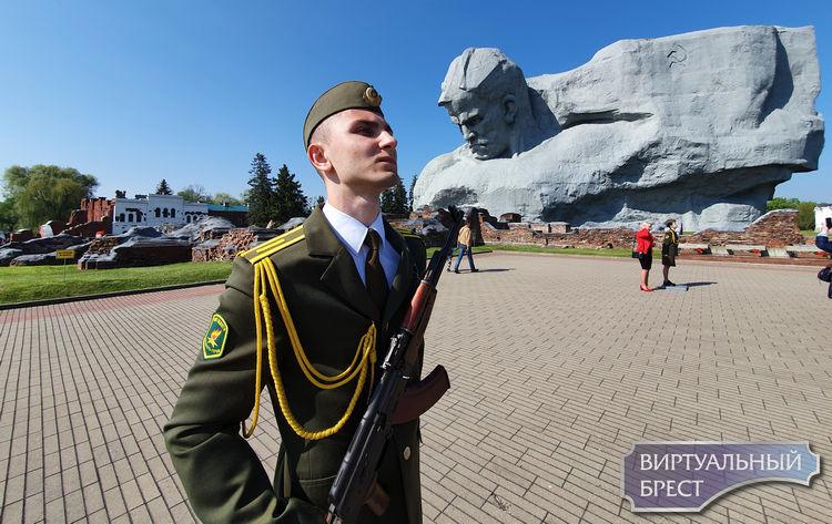 Этот День Победы - с масками на лицах... Смотрите, сколько людей пришло в Брестскую крепость