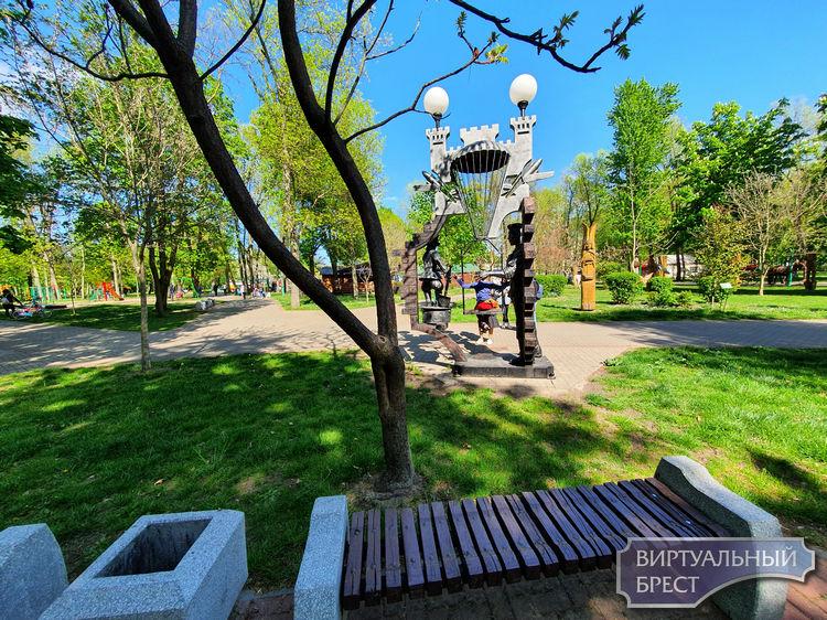Прошлись по городскому парку культуры. Там действительно есть где отдохнуть
