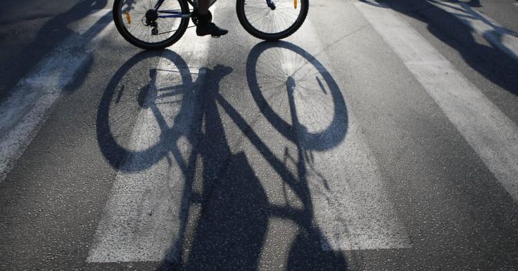 Водитель догнал и сбил наглого велосипедиста, хотя тот пытался всеми силами удрать