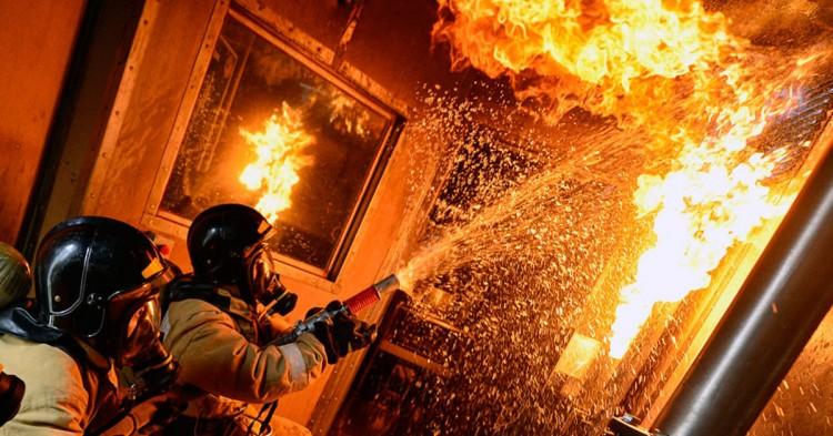 Ночью на Набережной Ф.Скорины горела квартира. Сотрудниками МЧС спасены пенсионеры