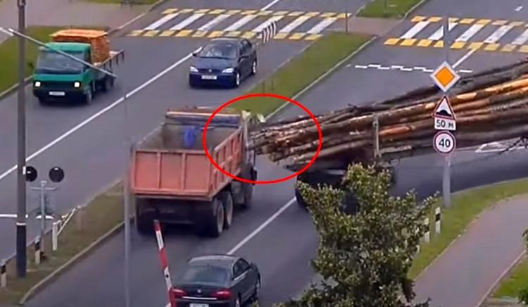 Ух и опасное ДТП произошло в Пинске - бревно с лесовоза пронзило стекло грузовика