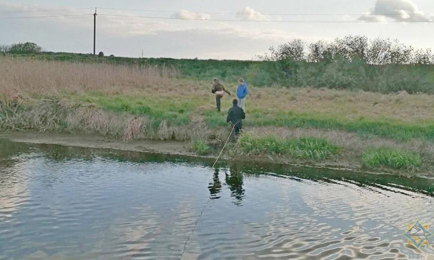В Березовском районе спасатели вытащили мальчика из болота
