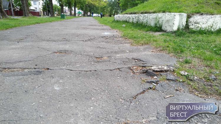 """Тротуары города """"зашли""""... На этот раз Краснознамённая, у которой есть шанс, и Набережная"""