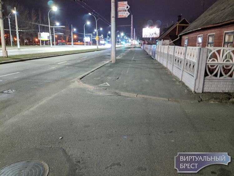 Показываем ещё одно место, где так нужны тротуары, ни их пока не стоит ждать