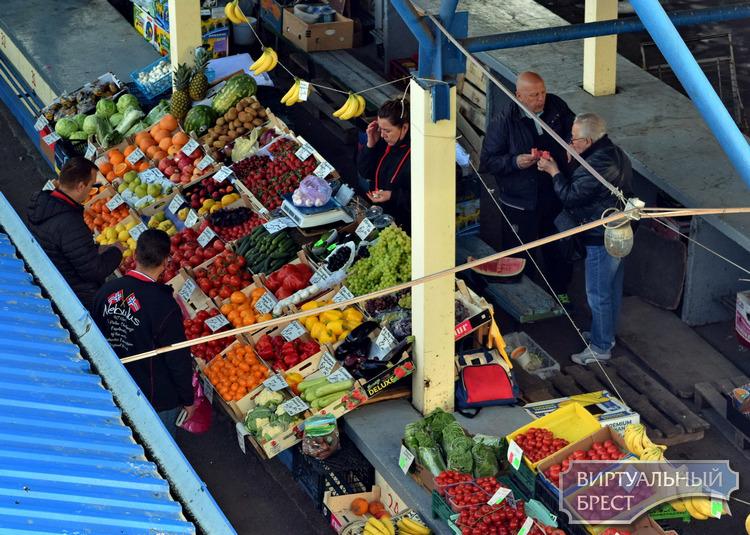 Чем удивил брестский рынок. Голубика по 50 рублей за кило, хит продаж - местная клубника по 14