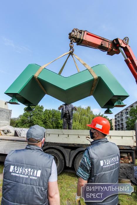 На набережной Франциска Скорины в Бресте устанавливают арт-объект «МОВА»