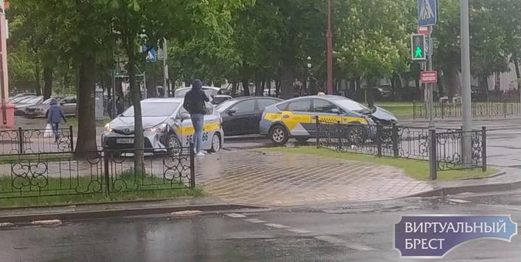 Два таксиста столкнулись на перекрёстке Гоголя и бульвара