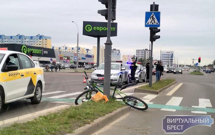 На Варшавке водитель такси сбил велосипедиста