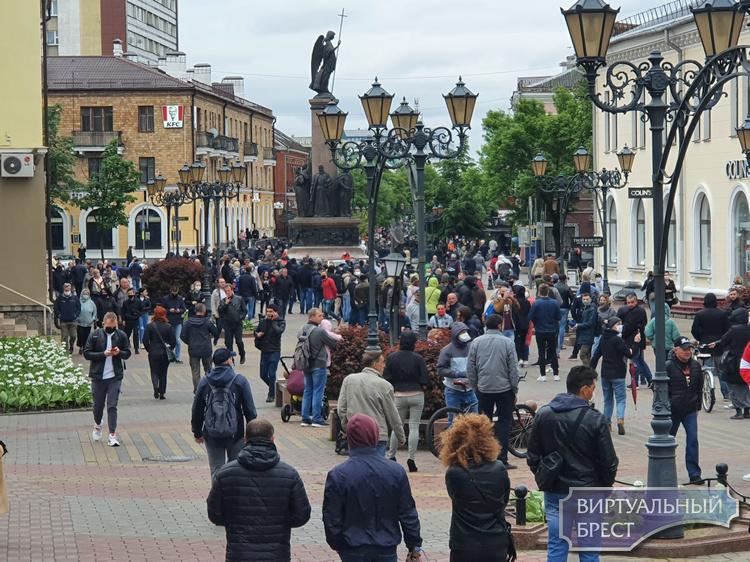 Брестчане выстроились в очередь к пикету по сбору подписей за Светлану Тихановскую