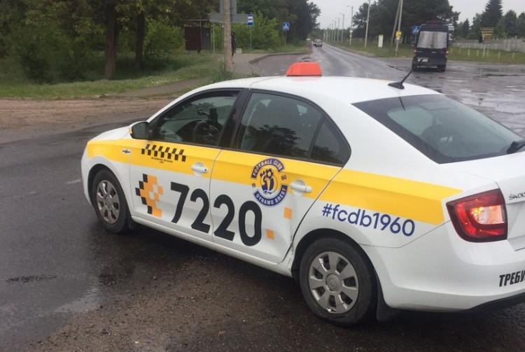 Девушка-водитель такси две недели назад получила права и уже попала в ДТП на Плоске