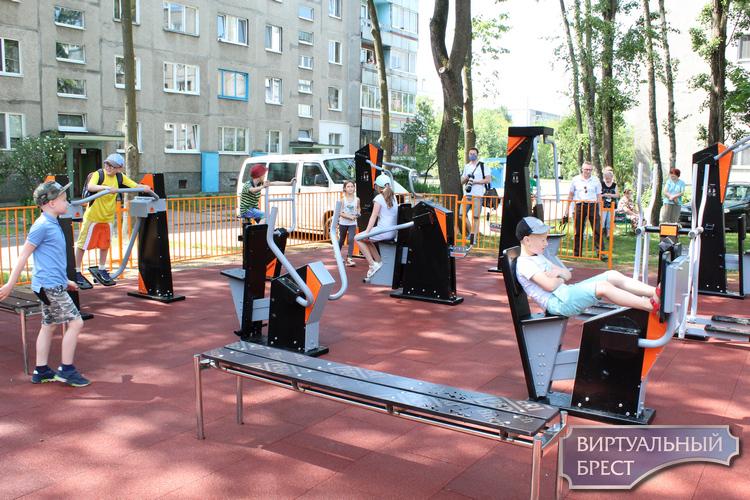 Санта оборудовала во дворе дома по улице Московской 336/1 детскую игровую площадку