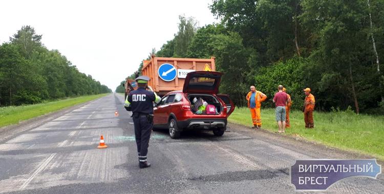 На трассе М10 автомобиль влетел под МАЗ дорожников