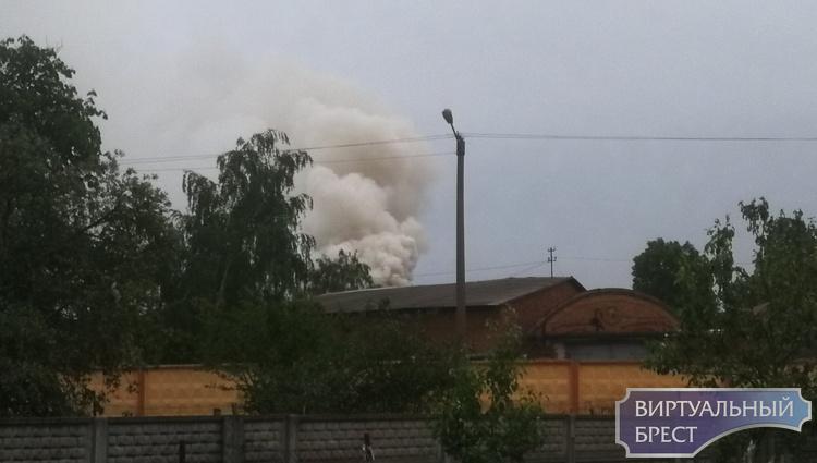 На ул. Фортечной в Бресте сильный пожар, предварительно - горит какой-то склад