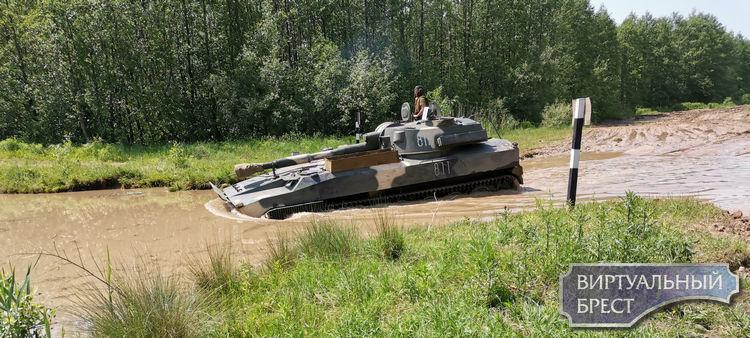 Занятия по вождению боевых машин на плаву провели на вододроме полигона Чепелево