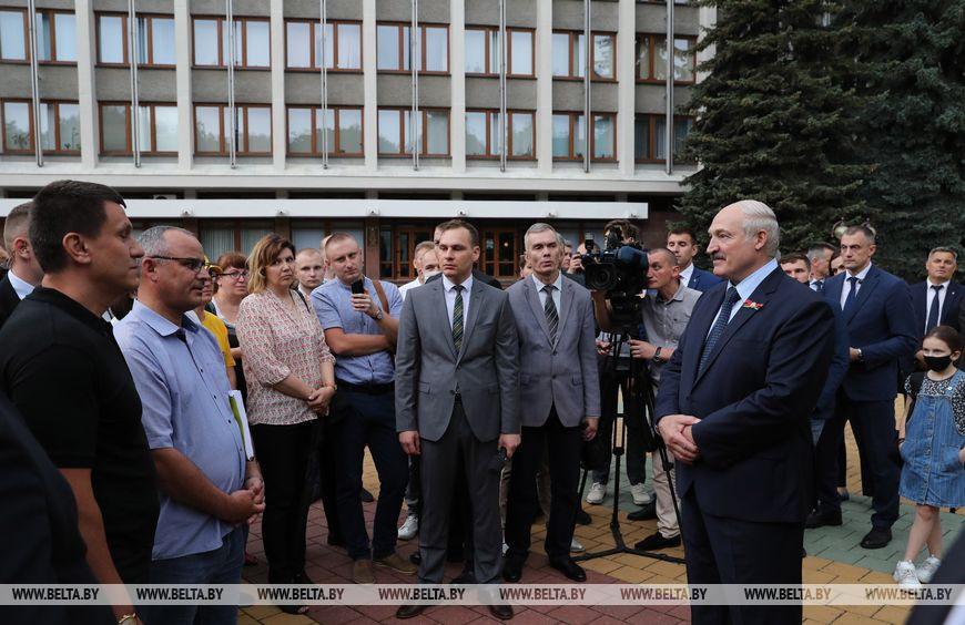 Лукашенко пообщался с брестчанами и заверил их, что фальсификаций выборов не будет