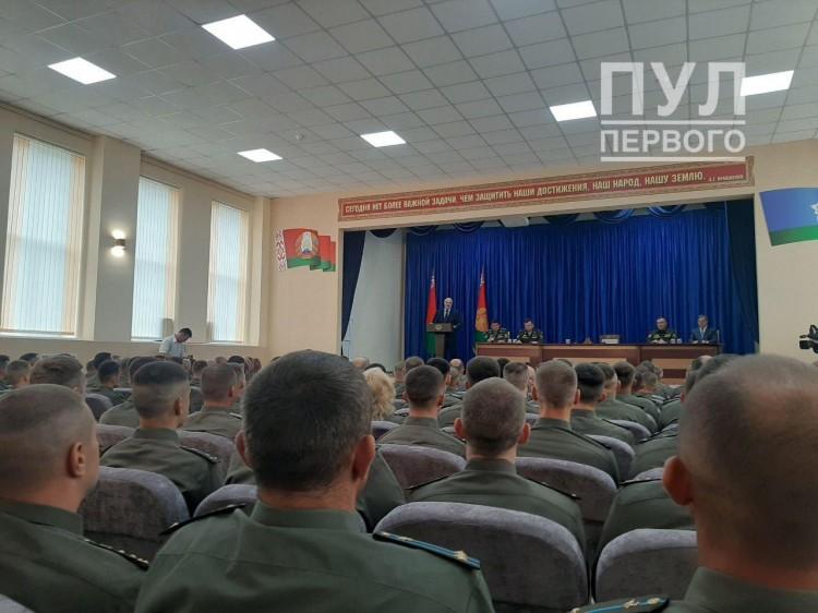 Лукашенко в Бресте встречается с десантниками 38-й бригады в Южном