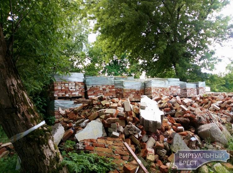 Вчера ругали пластиковые двери в Южных воротах крепости, сегодня претензии к кирпичам