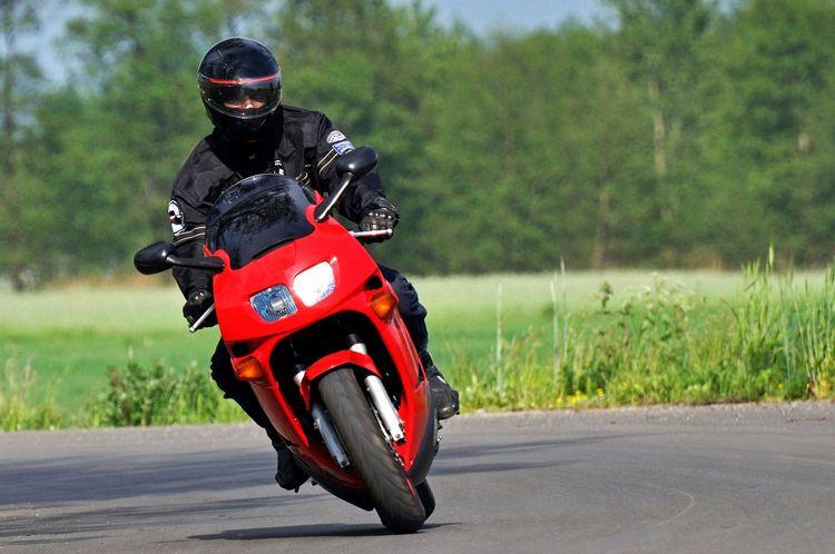 Несовершеннолетний «бесправник» пытался скрыться от ГАИ на мотоцикле с девушкой