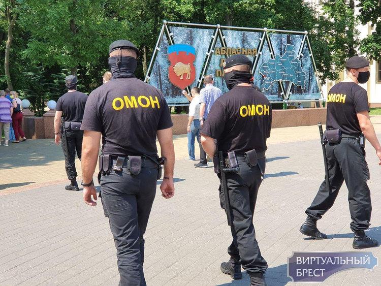 Сотрудники ОМОН пригласили общественность с площади Ленина пройти к месту обсуждения