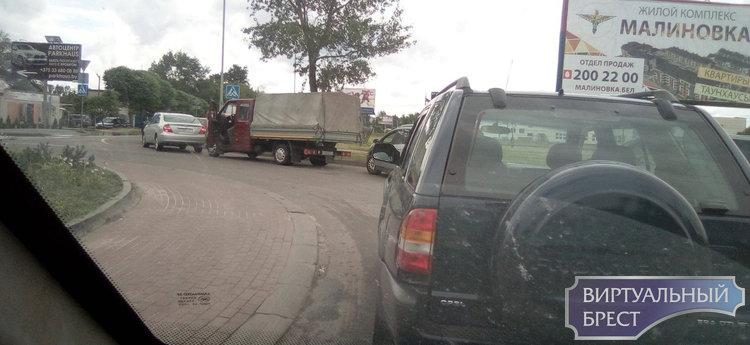 Пять автомобилей проскочило и…. Опять закрывается! Водитель жалуется на переезд в Задворцах