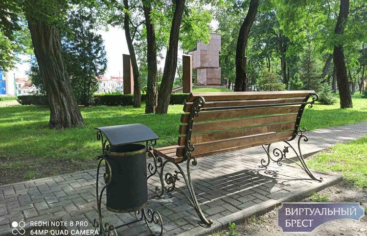 Мира и спокойствия - от ветерана. В Городском саду появилась новая именная скамейка