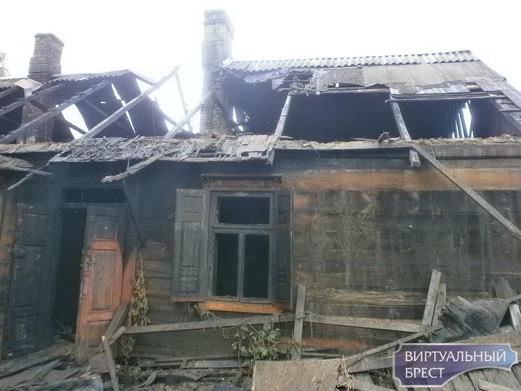 Брестские спасатели ликвидировали пожар нежилого дома по ул. Сикорского