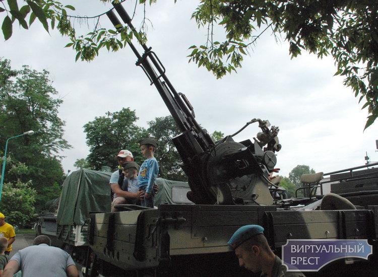 В Брестском городском парке культуры и отдыха прошла выставка современной военной техники